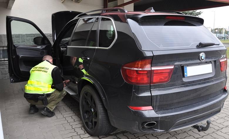 Na przejściu granicznym w Korczowej, do kontroli na wyjazd Polski zgłosił się 32-letni obywatel Ukrainy, kierowca BMW X5 na polskich numerach rejestracyjnych.