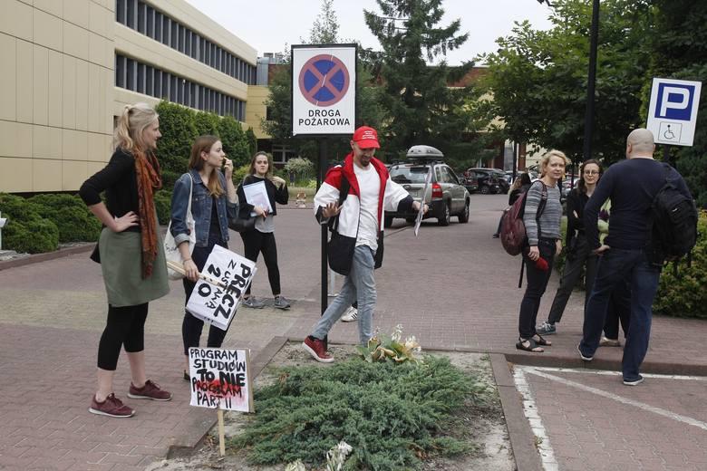 """Reforma Gowina. """"Balkonowy"""" protest przeciw reformie nauki także na Wydziale Ekonomiczno-Socjologicznym Uniwersytetu Łódzkiego [ZDJĘCIA]"""
