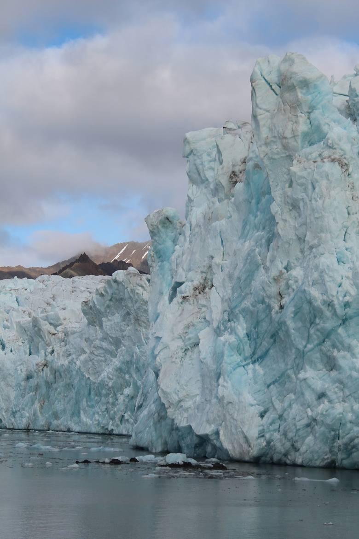 Jeden z lodowców uchodzących do morza - Lodowiec Aavatsmarka