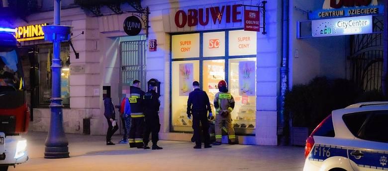 Interwencją straży pożarnej i policji zakończyła się  wizyta młodej kobiety w toalecie na zapleczu sklepu obuwniczego przy ul. Piotrkowskiej. Do incydentu