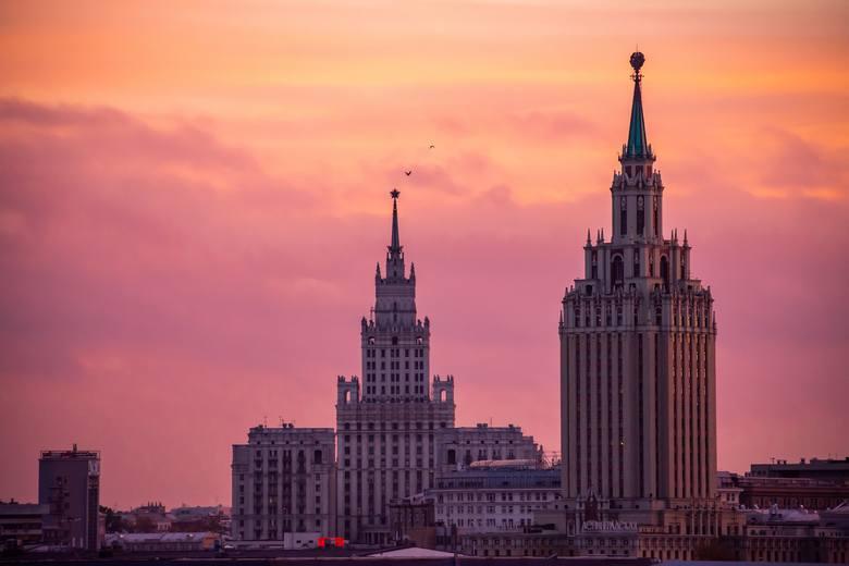 1972 godz.Rosjanie są jeszcze bardziej pracowici niż Polacy. Spędzają w pracy o 190 godzin więcej niż my. Jeżeli marzycie o podobnym losie i nie starcza