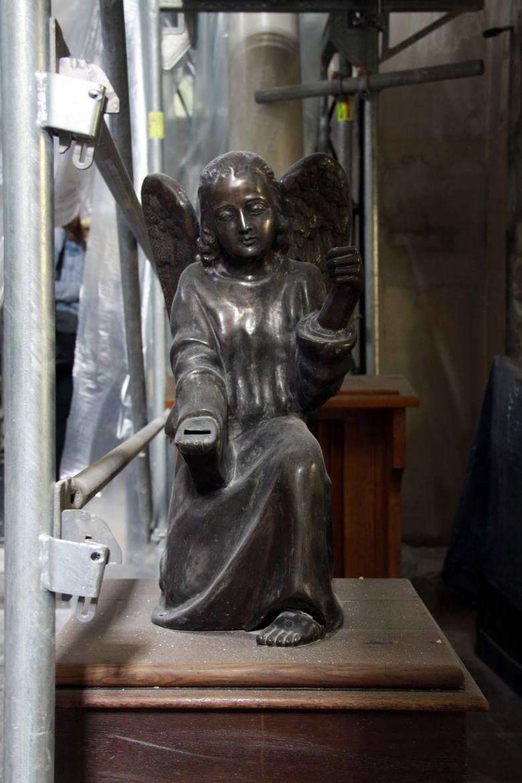 Madonna i anioł patrzą zza rusztowań