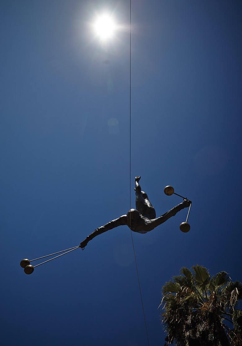 Nowy Jork zobaczy rzeźby balansujące Jerzego Kędziory. To rzeźbiarz z Poczesnej pod Częstochową