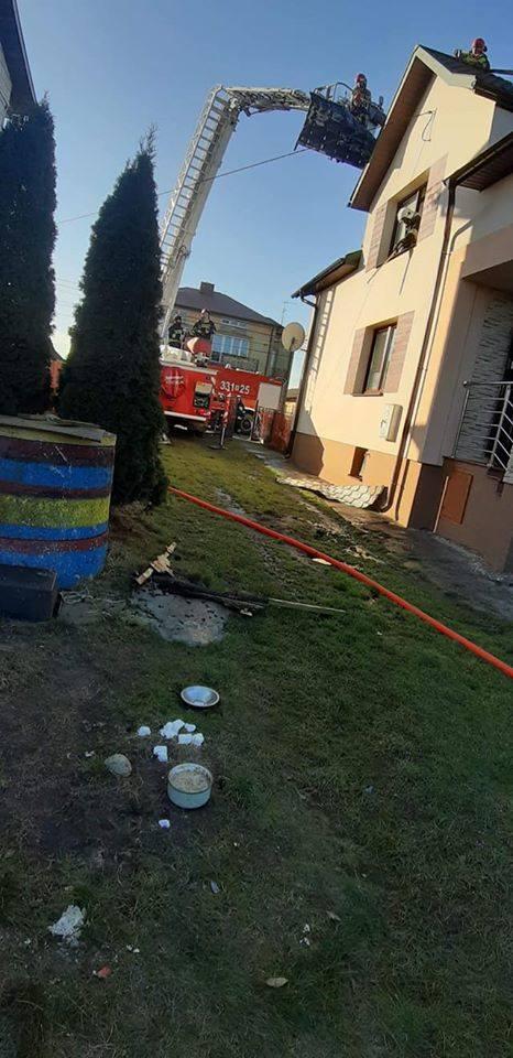 Strażacy z podnośnika rozebrali część grożącej zawaleniem drewnianej konstrukcji dachu i zabezpieczyli go plandekami.