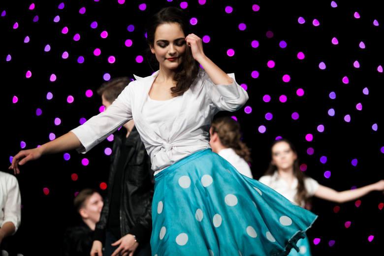 Studniówka to dla większości maturzystów pierwszy tak wielki i elegancki bal, podczas którego można zaprezentować się w wieczorowych kreacjach, zatańczyć