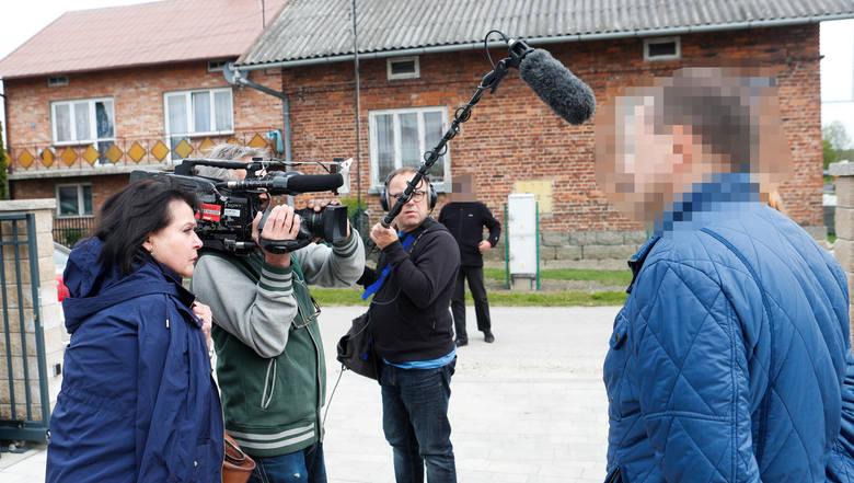 """Policjanci założyli kajdanki zaskoczonemu panu Wojciechowi w obecności jego rodziny i ekipy programu TVP Elżbiety Jaworowicz """"Sprawa dla reportera"""" <br />"""