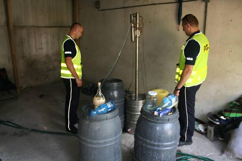 Policjanci z Kowala odkryli miejsce, gdzie znajdowała się aparatura do nielegalnej produkcji alkoholu. Cały sprzęt znajdował się w wynajmowanym garażu.