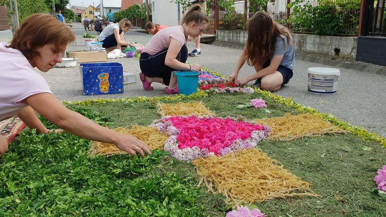 Mieszkańcy Klucza, Olszowej, Zimnej Wódki, Zalesia Śląskiego ułożyli kwiatowe dywany z okazji Bożego Ciała