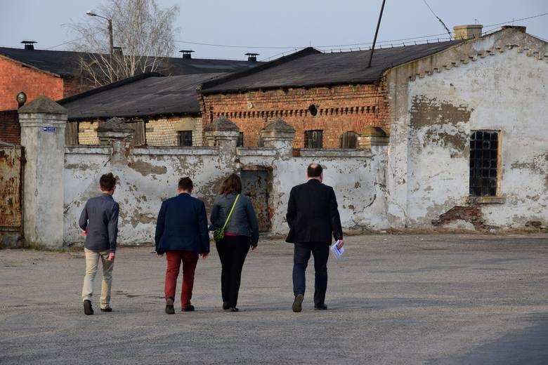 W Dąbrowie zorganizowano nietypowe konsultacje. Rozpoczęły się od spaceru po Dąbrowie. Była to okazja, aby krytycznie przyjrzeć się centrum wsi i zobaczyć,