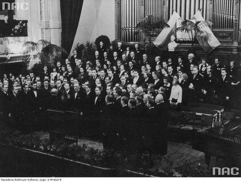 """Chór """"Harfa"""" pod dyrekcją Wacława Lachmanna w trakcie wykonywania hymnu narodowego w sali Filharmonii Warszawskiej"""