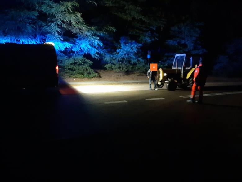 Powiat przasnyski. Pijany traktorzysta o mało nie staranował karetki pogotowia. 14.07.2019 [ZDJĘCIA]