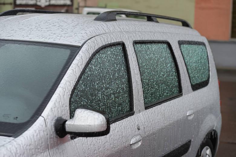 Marznące opady deszczu z piątku na sobotę spowodowały gołoledź na drogach. Skute lodem są samochody. Zobaczcie zdjęcia z Przemyśla.Zobacz prognozę pogody