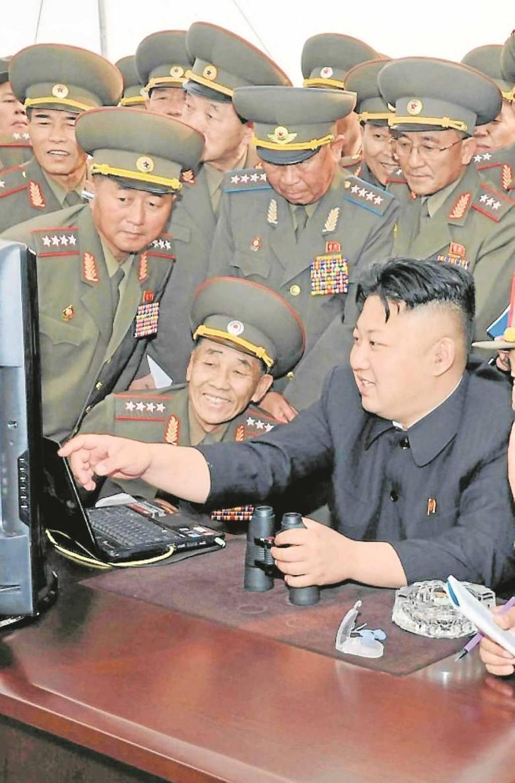Kim Dzong Un wraz z generałami sprawia wrażenie nieobliczalnego