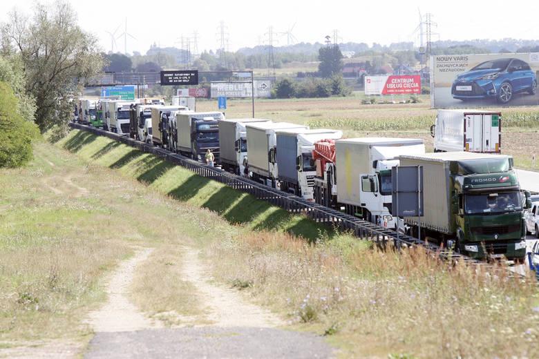 Kto nie musi dziś korzystać z autostrady A4, powinien zdecydowanie unikać tej drogi! Korek na A4 na Dolnym Śląsku ma łącznie ponad 50 km długości! Tak