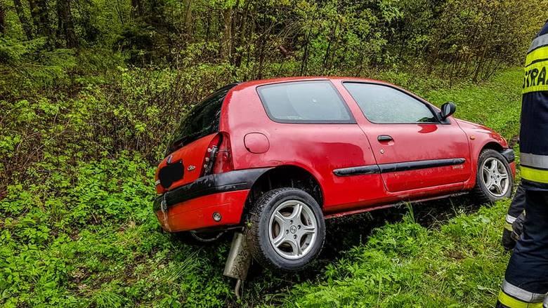 Wypadek na trasie Ełk - Regielnica. Dwa auta wpadły do rowu