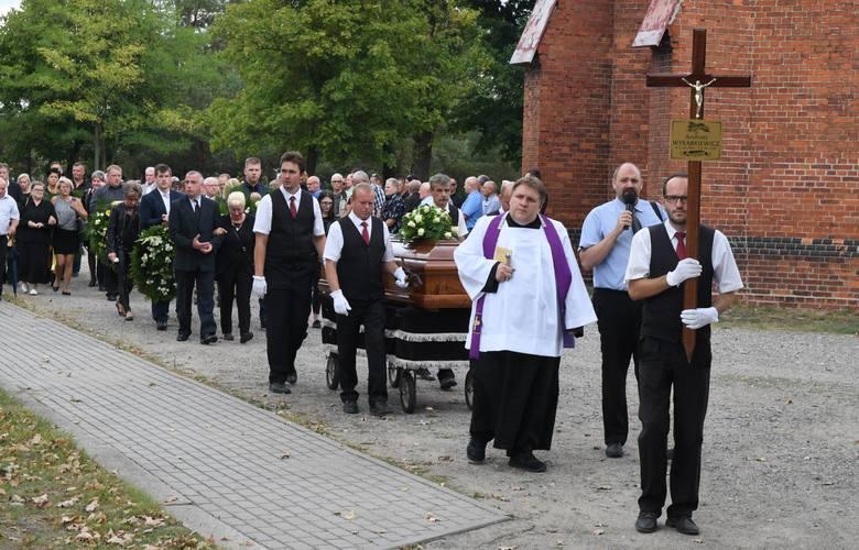 W czwartek 5 września pochowano Andrzeja Wyrąbkiewicza. Toromistrz Polonii zmarł w wieku 65 lat. Nad jego trumną nie mogło zabraknąć warkotu motocykli.