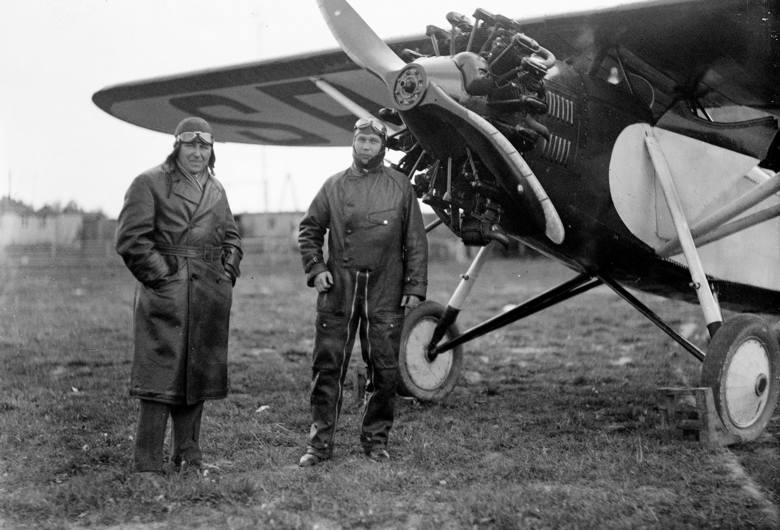 Trzy myśliwce PWS wykonują akrobacje nad stojącymi na lotnisku breguetami XIX. Katowice, 1933 r.