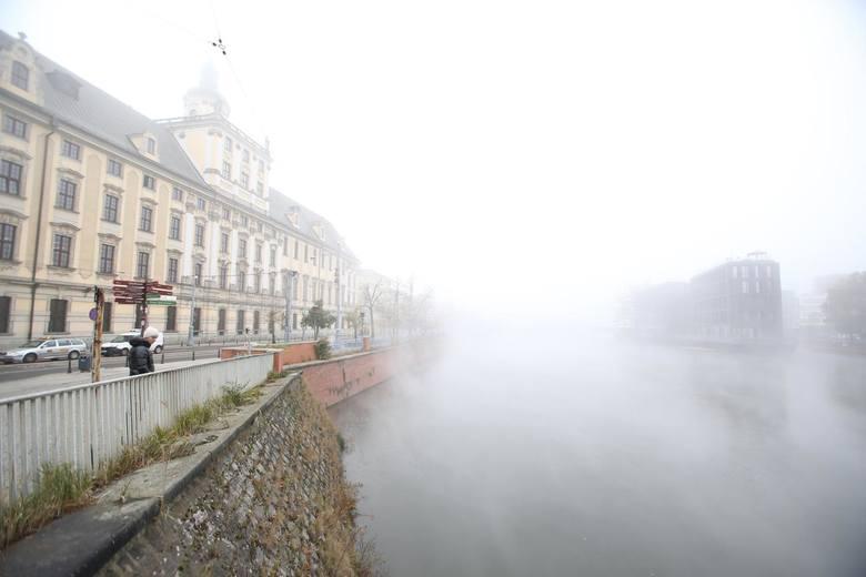 Wrocław utonął dziś o świcie w gęstej mgle. Zobaczcie zdjęcia naszego fotoreportera oraz internautów.
