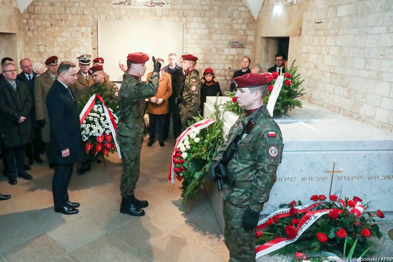 Kraków. Obchody 9. rocznicy katastrofy smoleńskiej. Prezydent Andrzej Duda na Wawelu i na cmentarzu Rakowickim