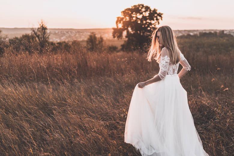 2020W ostatnich latach na weselach królują suknie boho. Są one inspirowane stylem bohemy artystycznej. Cechuje je eklektyzm: koronki, falbany, frędzle