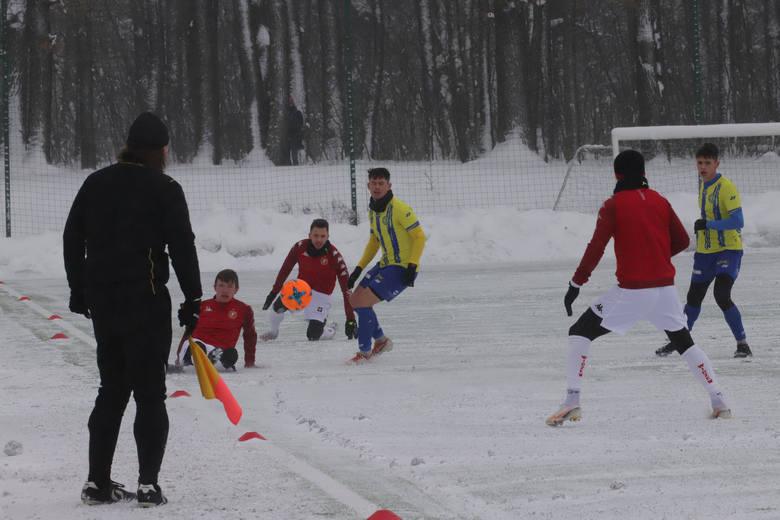 Widzew - zimowy sparing. Michał Grudniewski biegał w kulkach ze śniegu