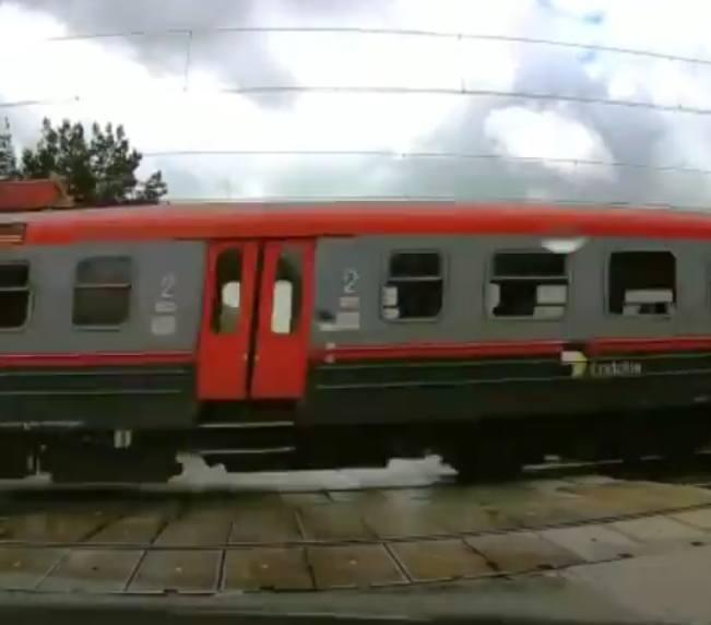 Do zdarzenia doszło 10 października o godz. 11.43. Przejazd był zamknięty około 5 minut. Gdy przejechały dwa pociągi, podniesiono rogatki. Jednak za