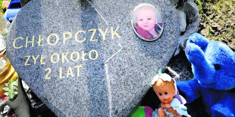 Mieszkańcy Cieszyna zrzucili się na pomnik dla chłopca, którego pochowano na miejscowym cmentarzu