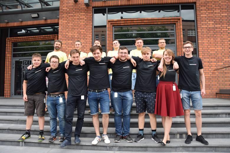 Szkoleni (w ciemnych koszulkach - w jasnych ich trenerzy) dostali się na staż, aplikując podczas Akademickich Targów Pracy