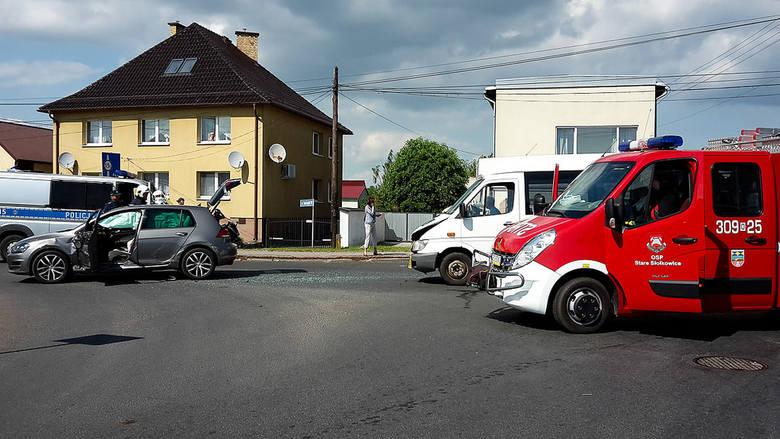 67-letni kierowca volkswagena golfa wymusił pierwszeństwo na autobusie mercedes prowadzonym przez 64-latka. Tym pojazdem jechało pięcioro niepełnosprawnych