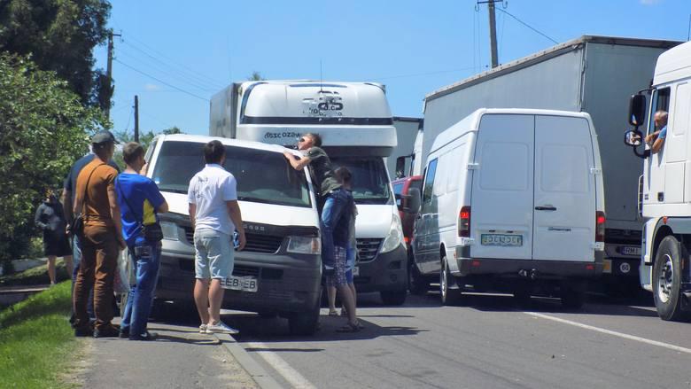 Kolejka samochodów w Szeginiach (Ukraina), na drodze dojazdowej do przejścia granicznego Szeginie - Medyka z Polską.
