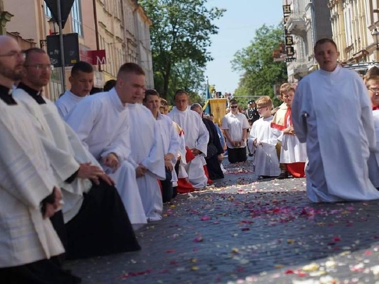 Boże Ciało. Inowrocławianie szli w procesji do czterech ołtarzy [zdjęcia]