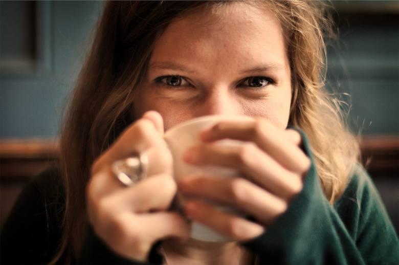 Zielona herbata wyostrza jasność umysłu i zdolność koncentracji. Pomoże też woda, bo odpowiednie nawodnienie jest niezbędne, aby dobrze działały wszystkie