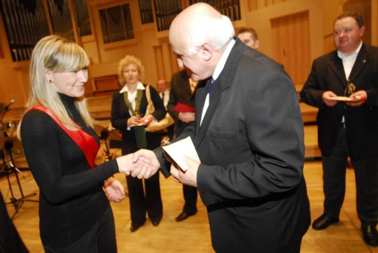 """Opole: Gala Emil 2009 w filharmonii. Rozdanie nagród w plebiscycie """"Pomoc w przelamywaniu barier""""."""