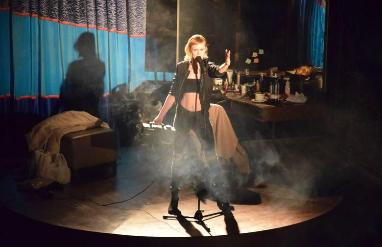 """Barcinianie po raz kolejny mogli wziąć udział w spektaklu, który w hali widowiskowo-sportowej odbył się w ramach projektu """"Teatr Polska""""."""