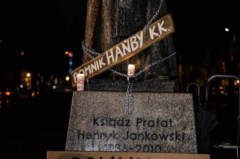 Pikieta pod pomnikiem ks. Henryka Jankowskiego. Plama na legendzie - pomnik księdza oblany czerwoną farbą