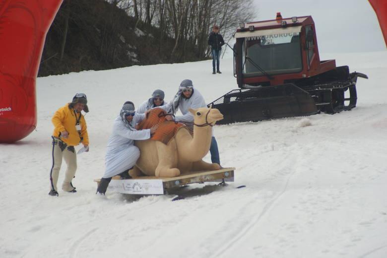 """Na Podhalu można też zjeżdżać po śniegu na """"byle czym"""". najbliższe takie zawody odbędą się w niedzielę 3 lutego na stoku Kotelnica"""