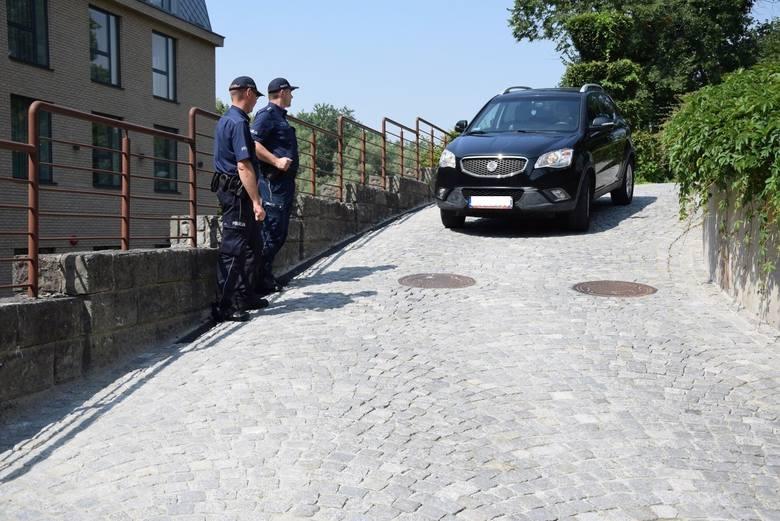 Beata Szydło zjeżdża z dziedzińca Zamku w Oświęcimiu, gdzie pod koniec lipca uczestniczyła w powiatowych uroczystościach 100-lecia policji.To jej auto,