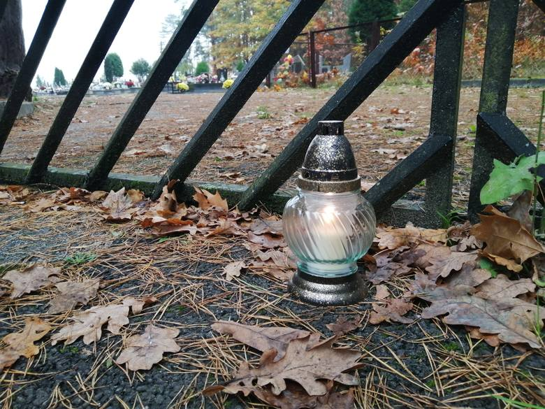 Puste alejki cmentarne, pusty parking i wymowna cisza. Tak jest w niedzielę, 1 listopada 2020 roku na cmentarzu komunalnym w Tarnobrzegu - Sobowie. Pierwszy