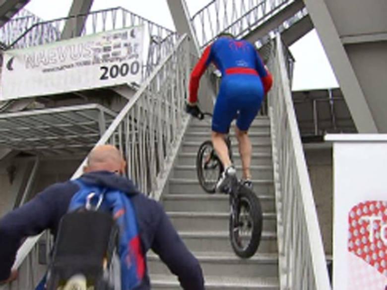 Rowerem po schodach na rzecz chorych. 530 stopni w pół godziny [wideo]
