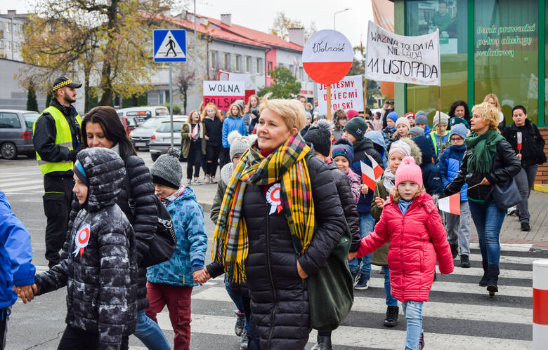 """Śpiewając i wznosząc hasła między innymi  """"Dbajmy o Polskę i ją kochajmy"""", """"1,2,3 Polska to my"""" kilkuset uczniów"""