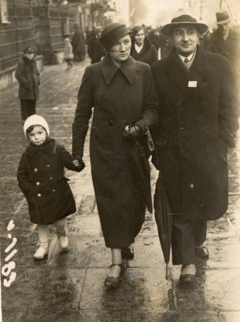 Ida Gliksztejn i Mojżesz Boruch Gliksztejn, stoją w środku.