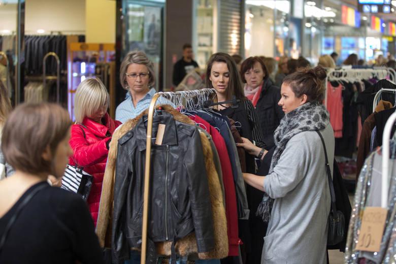 W związku z zakazem handlu w niedziele wiele sklepów i centr handlowych wydłużają godziny otwarcia w soboty, spodziewając się tłumów klientów.