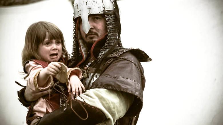 Mariusz Wendołowicz w stroju średniowiecznego woja. Wszystkie historyczne stroje przygotowuje samodzielnie