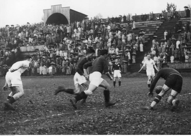 Mecz piłki nożnej AKS Chorzów - Wisła Kraków w ChorzowieFragment meczu, akcja pod bramką.