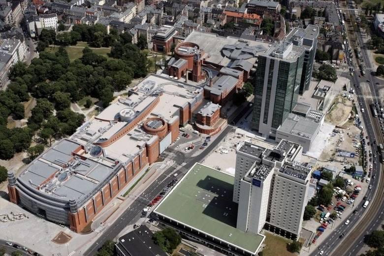 Stary Browar. Centrum handlu i sztuki otwarte w 2003 roku