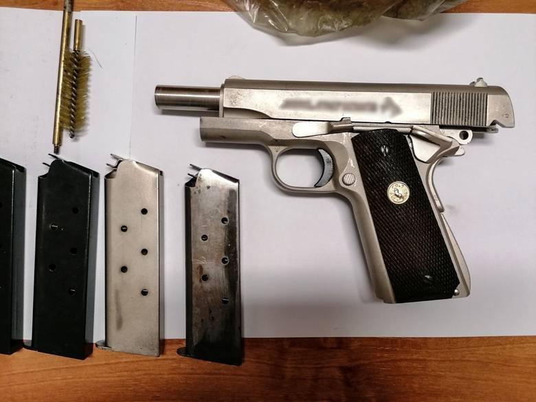 Dalsze śledztwo wyjaśni, jak podejrzany wszedł w posiadanie cudzych narzędzi oraz skąd miał pistolet na ostrą amunicję. Nie wykluczone, że zarzuty usłyszą