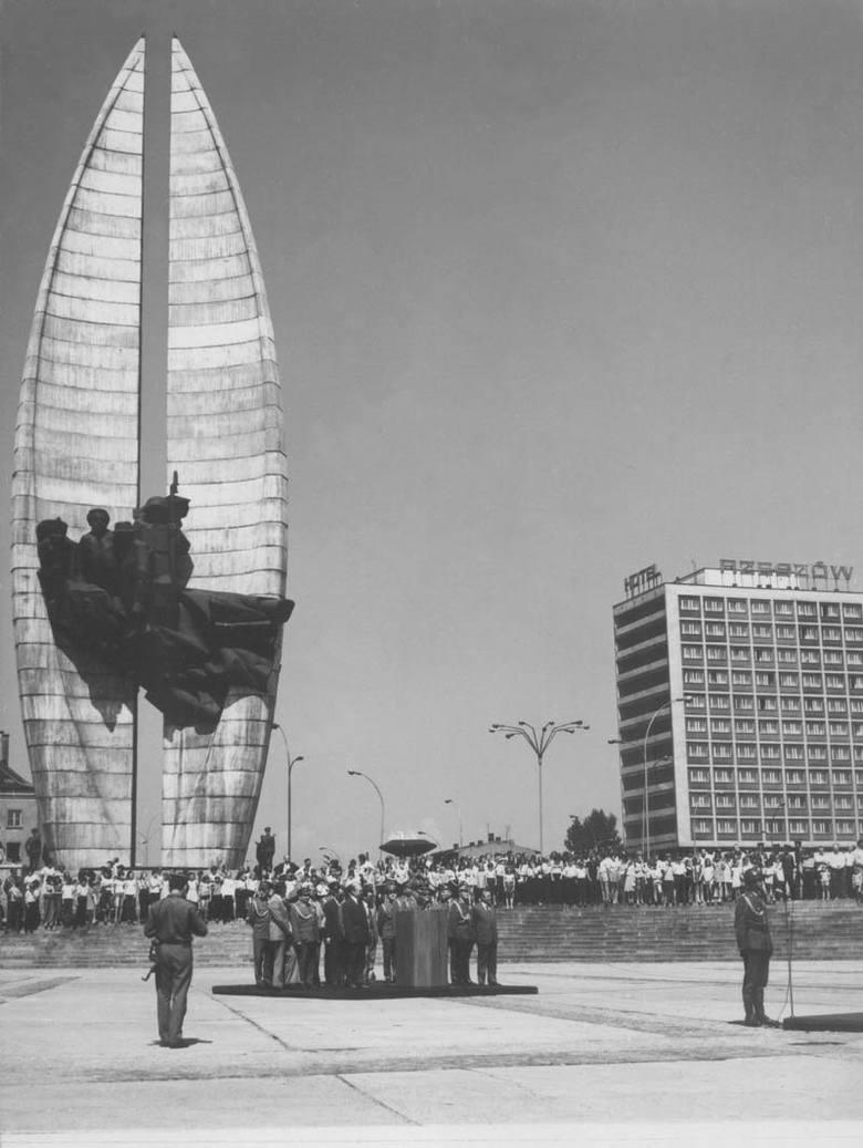 Pomysłodawcą budowy pomnika był I sekretarz KW PZPR w Rzeszowie Władysław Kruczek. Prace ruszyły w 1967 r.