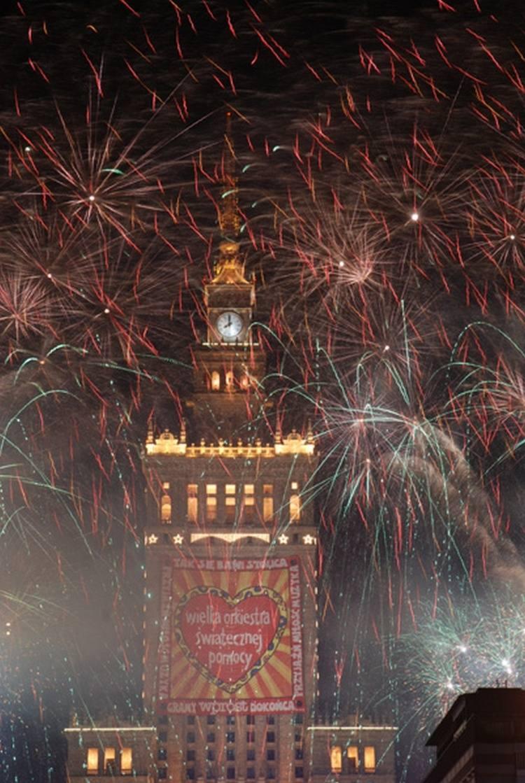 Światełko do nieba to tradycja, która co roku łączy setki miast w Polsce. Pokaz fajerwerków rozpoczyna się punktualnie o 20:00.