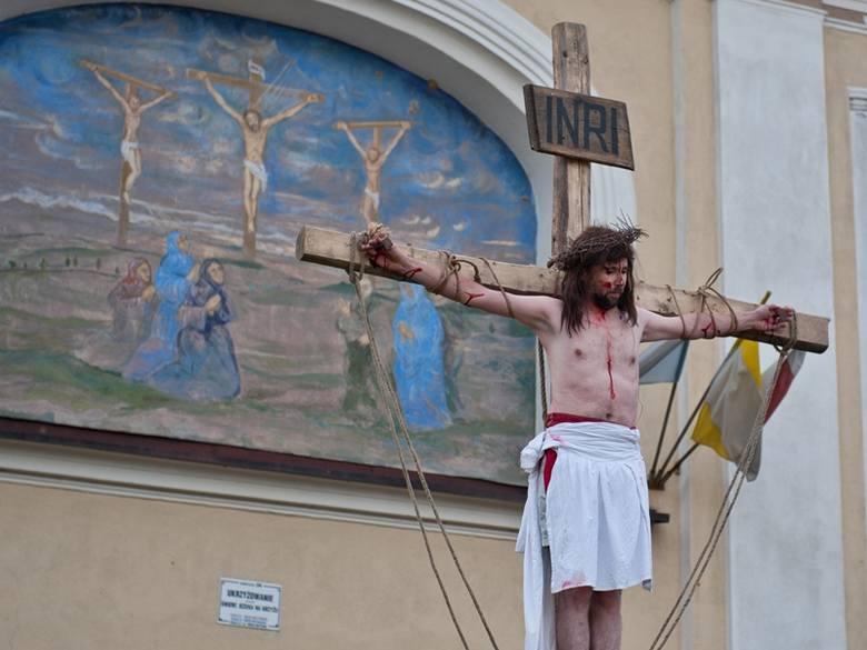 Misterium Męki Pańskiej w Kalwarii Pacławskiej. Tłum za Chrystusem niosącym krzyż [ZDJĘCIA, WIDEO]