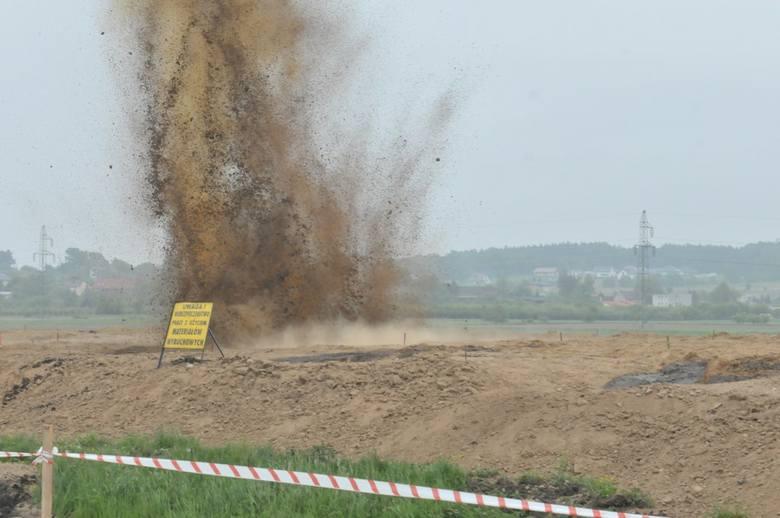 W środę o godzinie 11 zgodnie z zapowiedzią na placu budowy S6 w pobliżu ul. Władysława IV w Koszalinie przeprowadzono kilka próbnych mikrowybuchów, przy pomocy których odbywa się zagęszczanie podłoża. Mieszkańcy wieżowców twierdzą, że w tym samym czasie odczuli drgania.<br /> <br /> Po tym,...